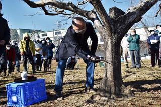 成り木責めでナタを振り下ろす熊谷部会長