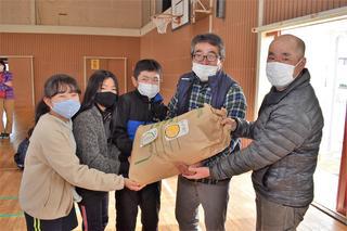 収穫米を鼎小5年生に届けた夢かなえ隊(右から2番目:木下周次隊長)