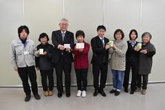 【NEWS】女性部伊賀良支部 シトラスリボンを支所職員へ贈呈