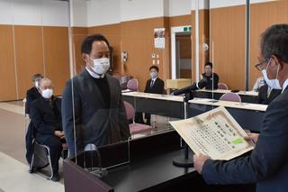 JA中村常務から最優秀賞の受賞を受ける安藤則雄さん㊧