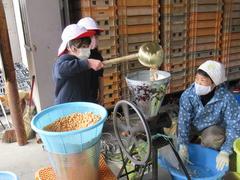 【NEWS】女性部の味噌づくりを児童もお手伝い