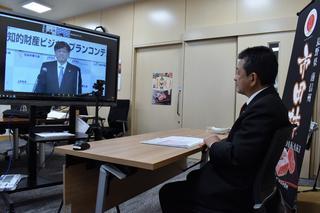 オンライン表彰を受けるJAみなみ信州の寺沢組合長