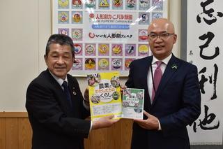 代田教育長(右)に教材を贈呈するJAの寺沢組合長