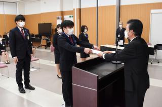 寺沢組合長から1人ひとり辞令交付を受ける新採用職員