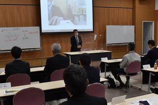 資産形成サポートプログラム役員・支所長フォーラムで挨拶に立つ寺沢組合長