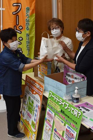JA女性部役員からお米の寄付を預かる松澤みや子部長(中央)と鳴海裕子副部長(右)