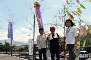 みんなの思いが詰まった七夕飾り完成に笑顔のJA女性部阿南支部役員(中央:林支部長)