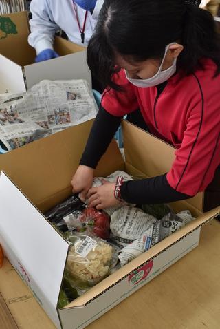 新鮮な野菜を心を込めて出荷作業する職員