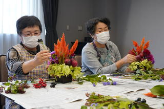 地元の花を使ったフラワーアレンジメントを楽しむJA果樹婦人部役員