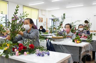 地元産花きにこだわった女性部のアレンジフラワー教室